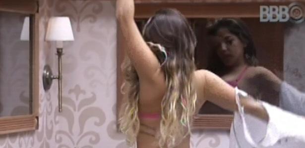 9.fev.2013 - Anamara se espreguiça no quarto biblioteca antes de trocar de roupa