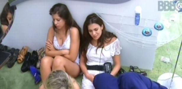 9.fev.2013 - Andressa, Kamilla, Fernanda e Marcello aguardam sentados para ir ao banheiro