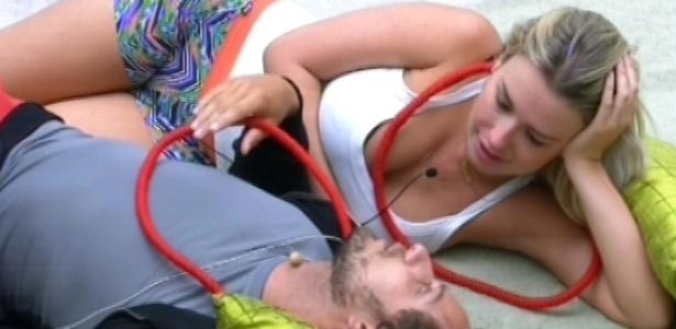 9.fev.2013 - Eliéser e Fernanda especulam sobre o que pode ser o colar vermelho que Nasser deu a eles