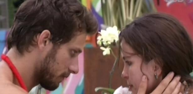 9.fev.2013 - Eliéser limpa a sujeira de sorvete no rosto de Kamilla, após beijá-la