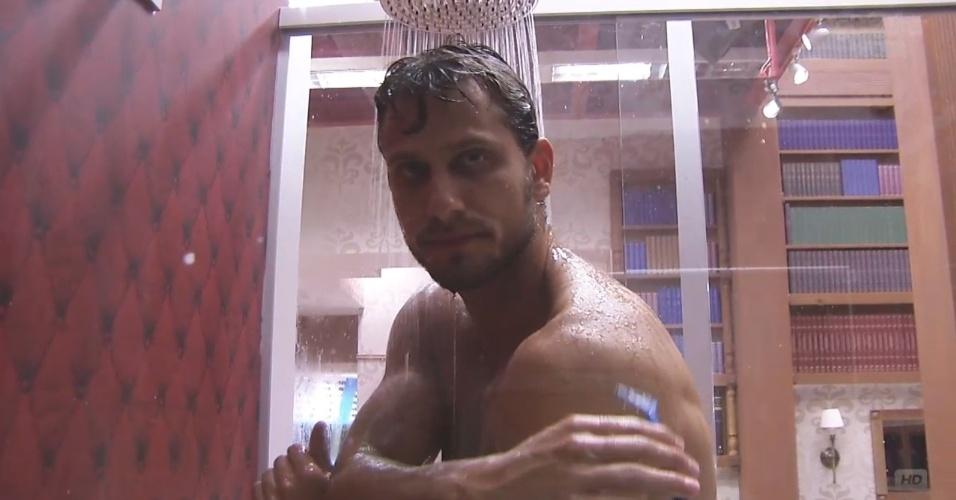 9.fev.2013 - Eliéser se depila enquanto toma banho no quarto Biblioteca