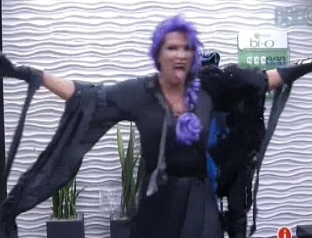 9.fev.2013 - Fani dança e mostra a língua com a roupa de zumbi do castigo do monstro