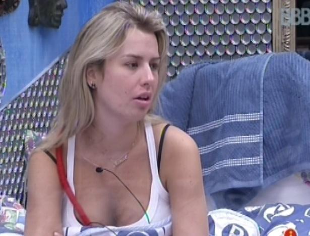9.fev.2013 - Fernanda conversa com Nasser e Marien no quarto brechó