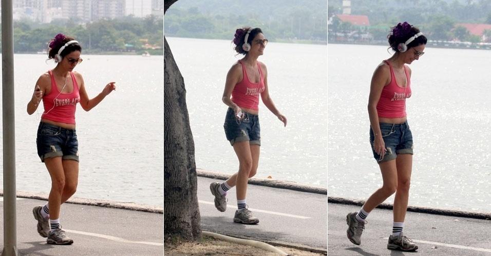 9.fev.2013 - Longe da badalação do Carnaval, Claudia Ohana caminha na Lagoa Rodrigo de Freitas