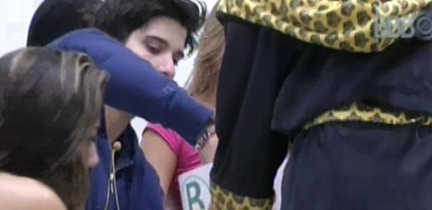 9.fev.2013 - Marcello retira bolinha da urna antes da prova do anjo