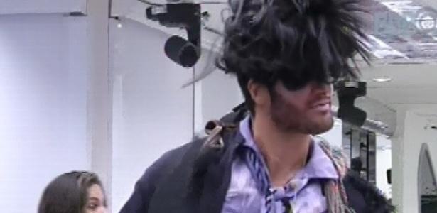 9.fev.2013 - Marcello, vestido de zumbi por causa do castigo do monstro, assusta os brothers