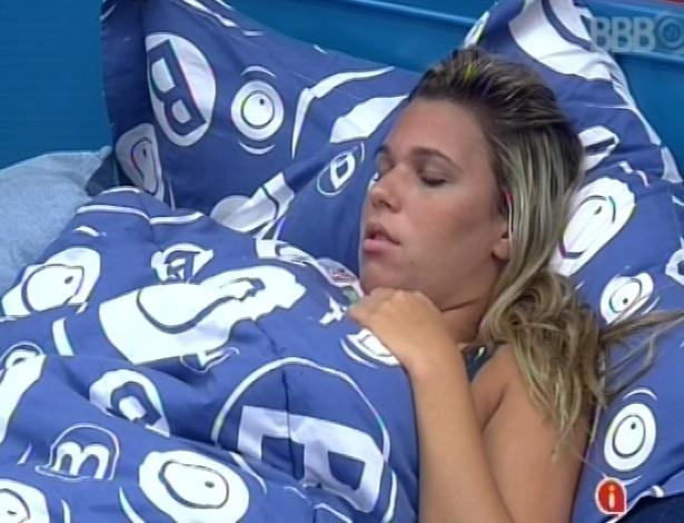 9.fev.2013 - Marien acorda e conversa com Andressa e Fernanda sobre colar vermelho que a advogada recebeu de Nasser