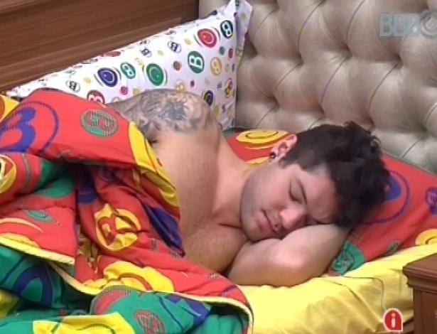 9.fev.2013 - Nasser se recusa a levantar da cama mesmo após toque de despertar