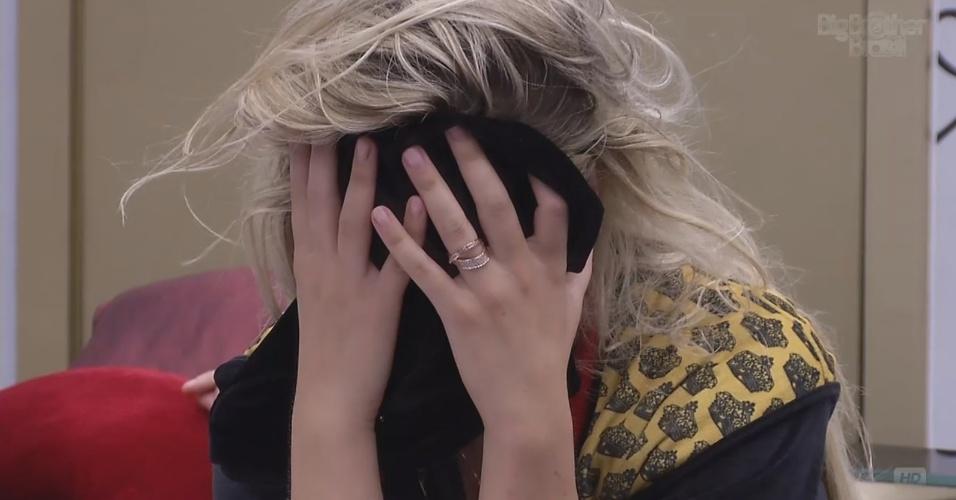 9.fev.2013 - No quarto do líder, Fernanda acorda e chora após pesadelo. Ela sonhou que estava sendo enforcada pelo colar vermelho