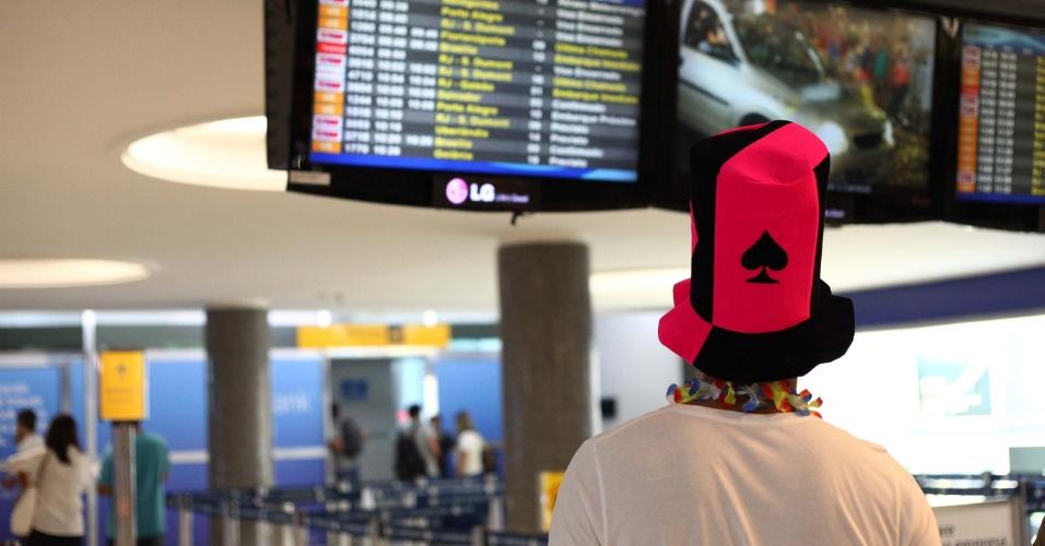 9.fev.2013 - Passageiro observa painel aeroporto de Congonhas em São Paulo (SP), na tarde deste sábado de Carnaval (9)
