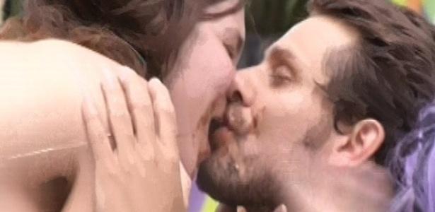 9.fev.2013 - Sob pressão dou outros brothers e sujos de sorvete, Kamilla e Eliéser se dão um beijo
