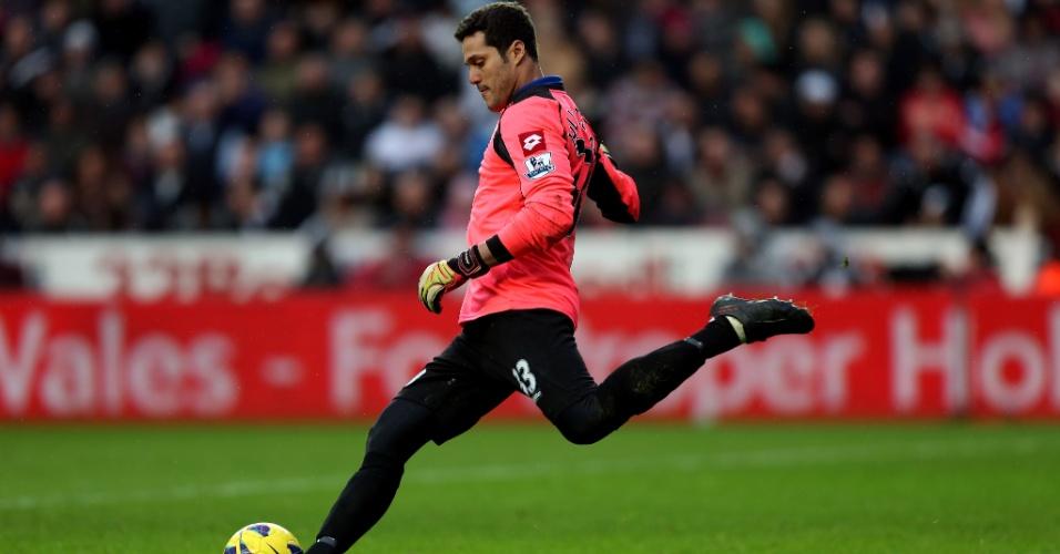09.fev.2013 - Goleiro brasileiro Julio Cesar, do Queens Park Rangers, chute a bola durante a derrota por 4 a 1 para o Swansea, pelo Campeonato Inglês