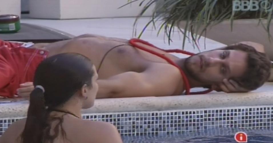 10.fev.2013 - À beira da piscina, Eliéser conversa com Kamilla sobre natação, esporte que a sister praticou po dez anos