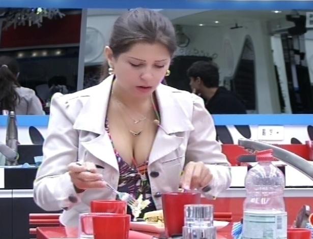 10.fev.2013 - Andressa prepara um sanduíche e come antes que se inicie a prova da comida