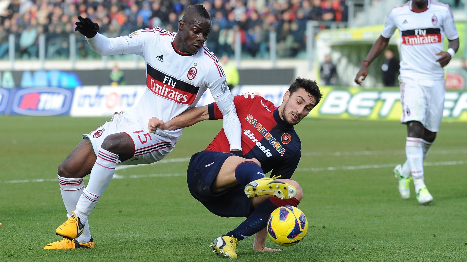 10.fev.2013 - Atacante Mario Balotelli (esq), do Milan, disputa bola com Davide Astori, do Cagliari, durante empate por 1 a 1 pelo Campeonato Italiano