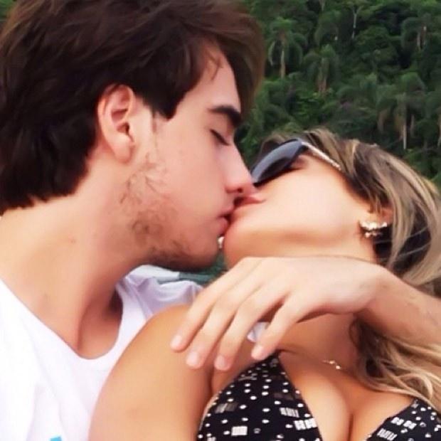 """10.fev.2013 - Babi Rossi publicou uma foto beijando Olin Batista em seu perfil no no Twittter. """"Meu melhor presente de aniversário! Amo muito"""", escreveu a panicat, que completou 23 anos em 9 de fevereiro"""