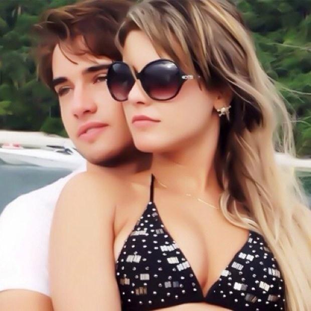 """10.fev.2013 - Babi Rossi publicou uma foto com Olin Batista em sua conta no Twittter. """"Meu melhor presente de aniversário! Amo muito"""", escreveu a panicat"""