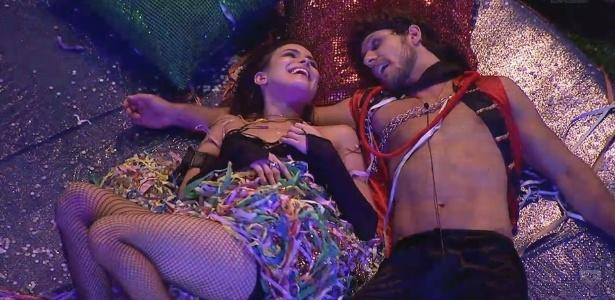 10.fev.2013 - Deitados num grande pufe, Eliéser e Kamilla se divertem e dão muitas risadas juntos