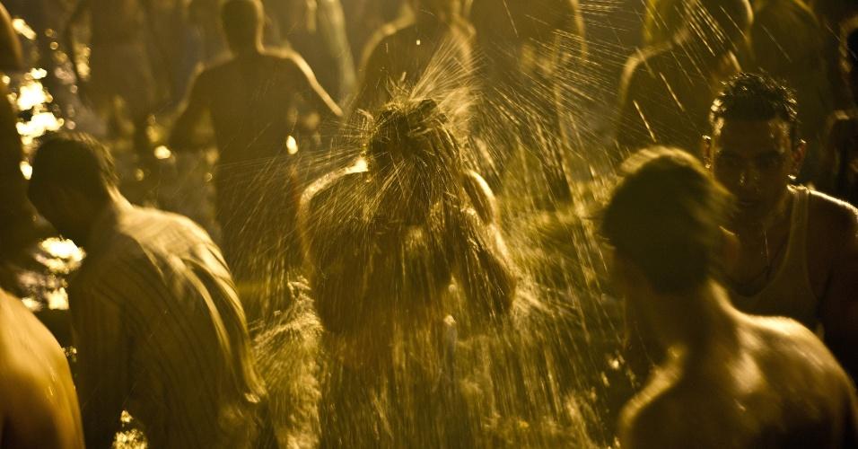 10.fev.2013 - Devotos do hinduísmo se banham, neste domingo (10), na confluência dos rios Ganges, Yamuna e Saraswati, durante o festival Maha Kumbh Mela, considerado o maior festival religioso do mundo