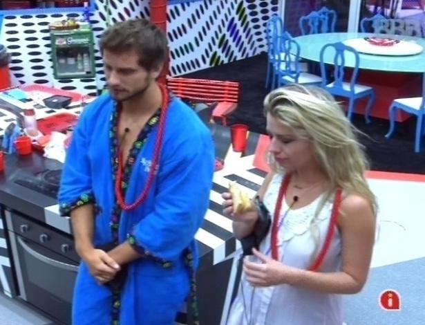 10.fev.2013 - Eliéser e Fernanda especulam sobre o significado do colar vermelho: