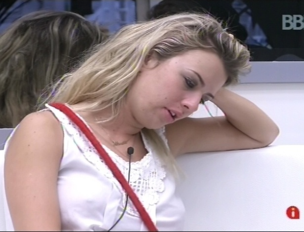 """10.fev.2013 - Fernanda diz que precisa tomar e desembaraçar os cabelos, que estão """"um nó só"""""""