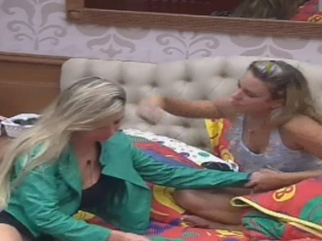 10.fev.2013 - Fernanda e Marien conversam após formação do paredão que colocou as duas na berlinda