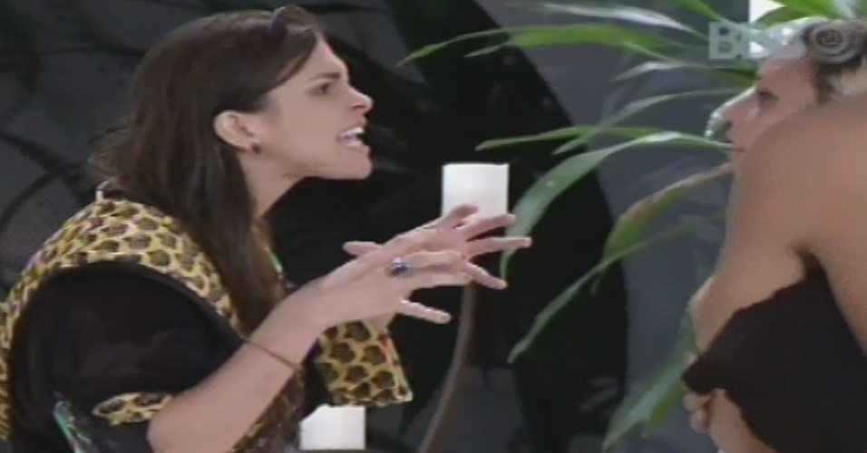 10.fev.2013 - Kamilla briga com Marien após formação do quinto paredão do