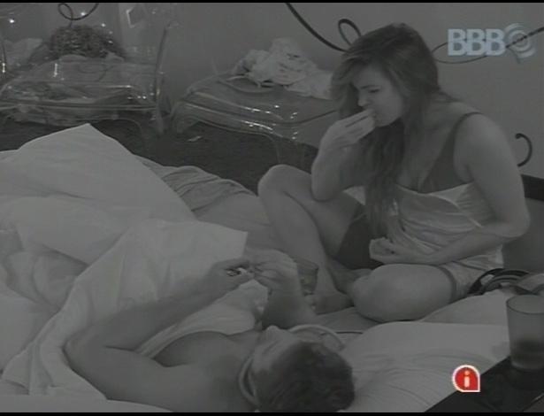 10.fev.2013 - Kamilla e Eliéser comem trufas no quarto do líder enquanto a casa dorme