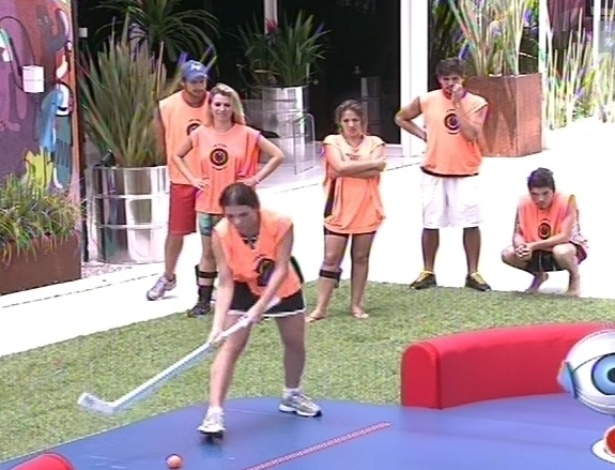 10.fev.2013 - Kamilla vai bem e faz 34 pontos para o grupo laranja