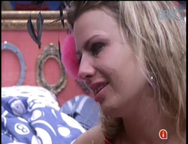 10.fev.2013 - Marcello consola Fernanda, que chora aos prantos por ter sido rejeitada por André durante festa