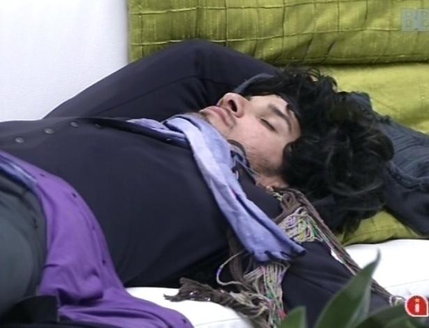 10.fev.2013 - Marcello, vestido com o castigo do monstro, deita no sofá da sala para descansar