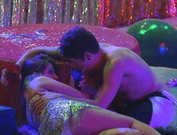 10.fev.2013 - Nasser aconselha Andressa a parar de beber durante a festa Folia