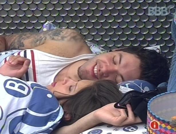 10.fev.2013 - Nasser e Andressa brincam um com o outro na cama, após toque de despertar