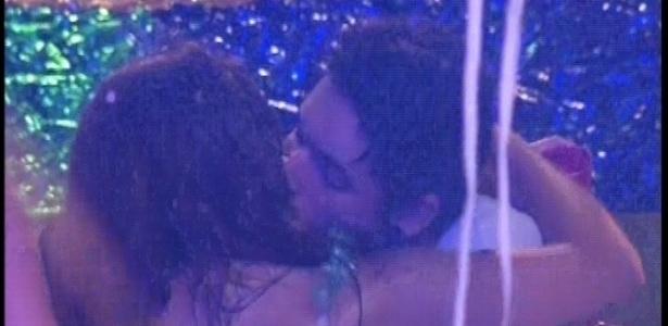 10.fev.2013 - Nasser e Andressa se beijam durante a festa carnavalesca
