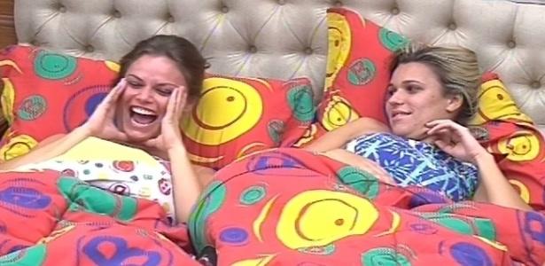 10.fev.2013 - Natália e Marien deitam na cama do quarto biblioteca e conversam sobre a festa desta madrugada com outros brothers