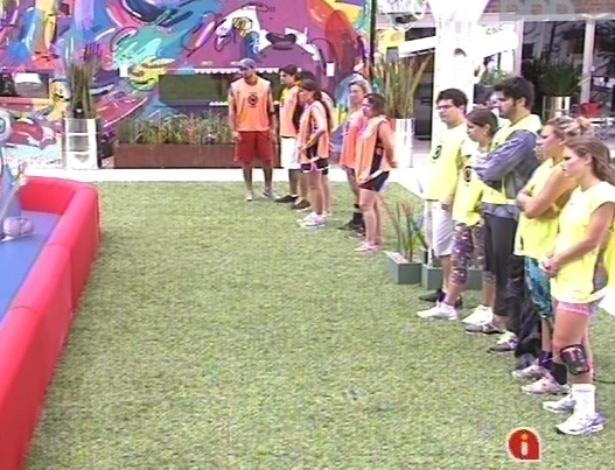 """10.fev.2013 - Participantes do """"BBB13"""" se preparam para a prova da comida"""