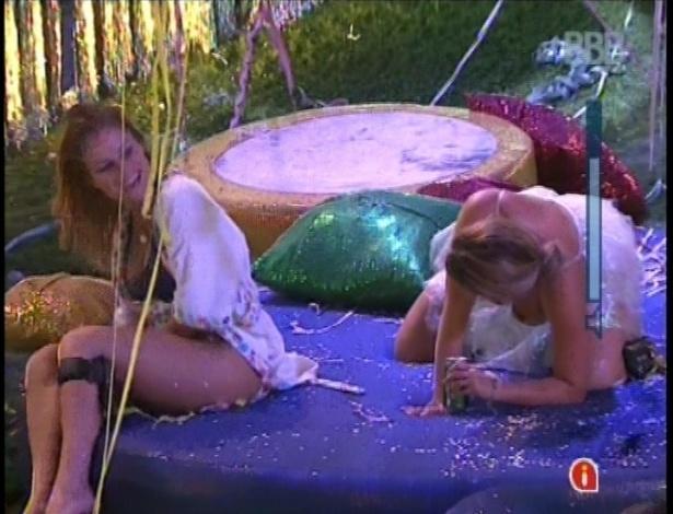 10.fev.2013 - Sem calcinha, Natália provoca Fani nas almofadas