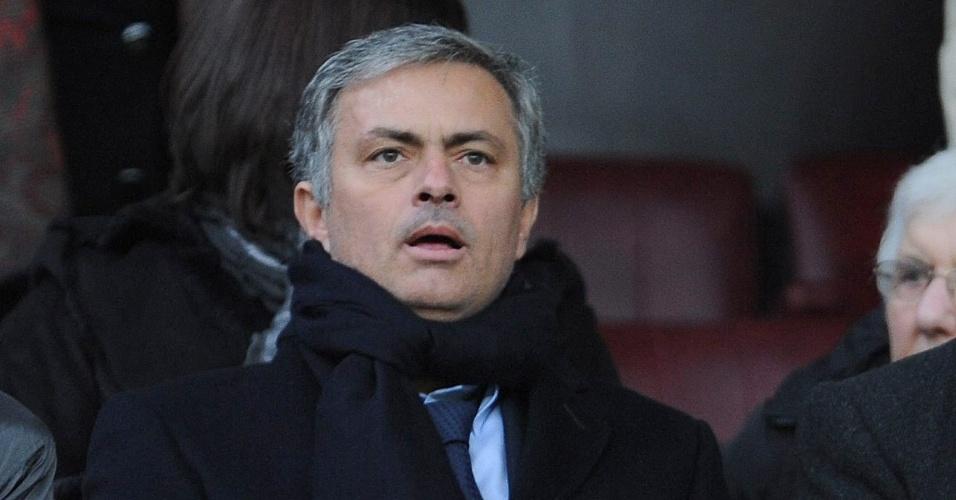10.fev.2013 - Técnico José Mourinho, do Real Madrid, assiste ao jogo entre Manchester United e Everton, na Inglaterra; Real e United se enfrentam pelos mata-matas da Liga dos Campeões