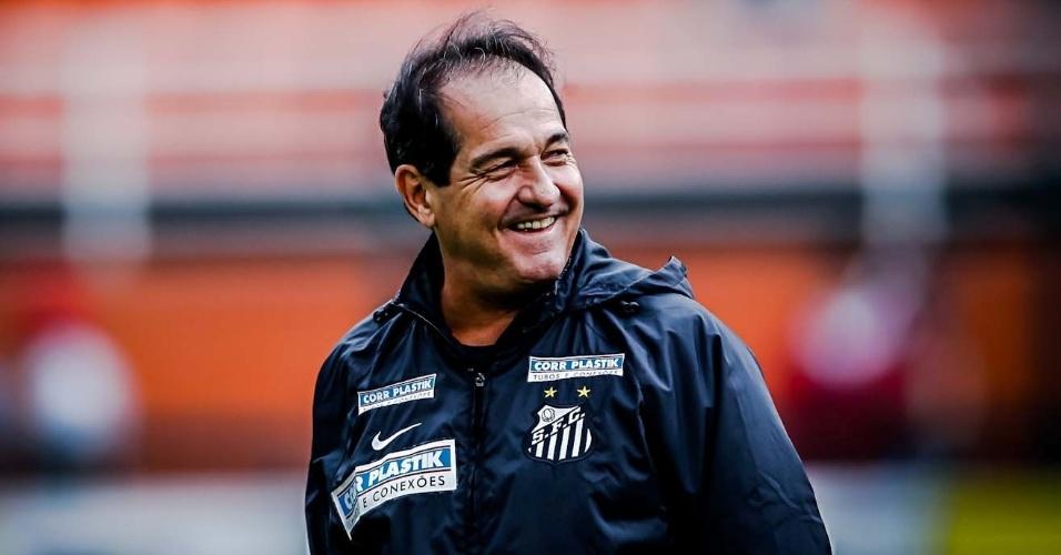 10.fev.2013- Técnico Muricy Ramalho sorri ao entrar em campo no Pacaembu para a partida contra o Paulista
