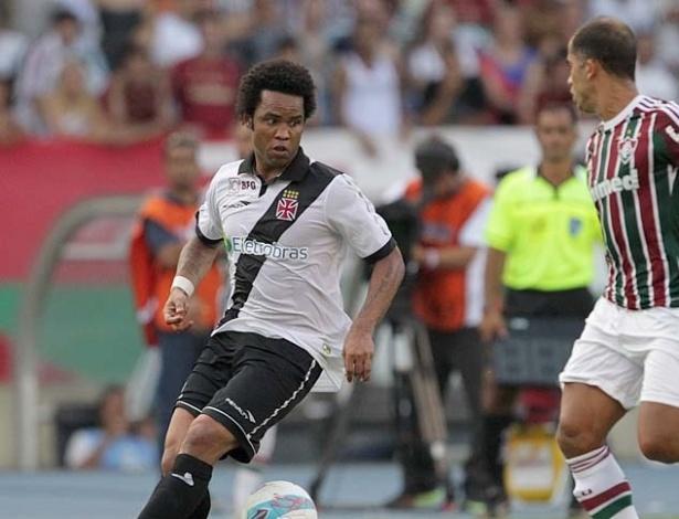 Carlos Alberto tenta passar por Felipe em clássico contra o Fluminense