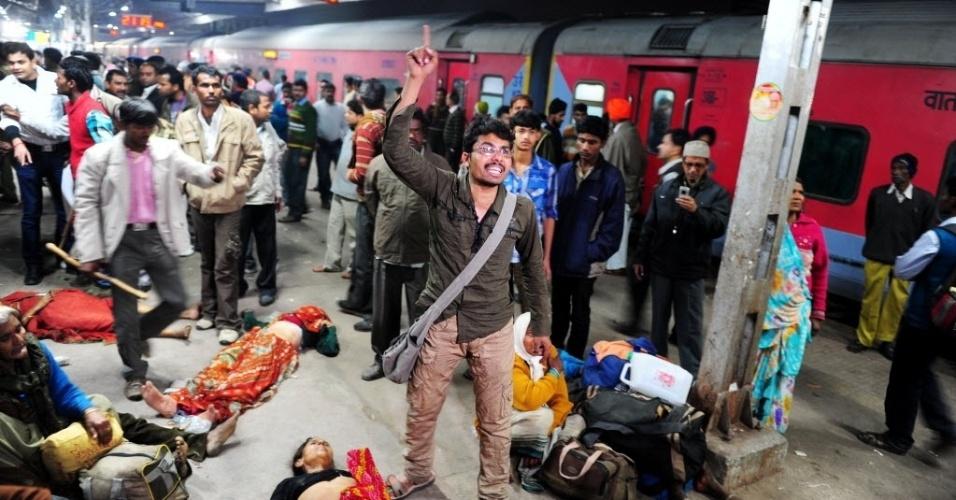 Homem acusa a polícia de ser a causadora do tumulto que provocou a morte de um de seus parentes na estação de trem de Allahabad, neste domingo (10)