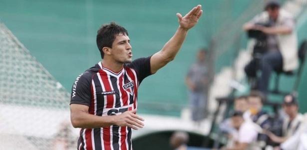 O atacante Aloísio do São Paulo comemora a marcação do seu gol contra o Guarani