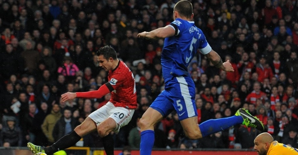 Van Persie parte em direção ao gol, dribla o goleiro e anota o segundo gol