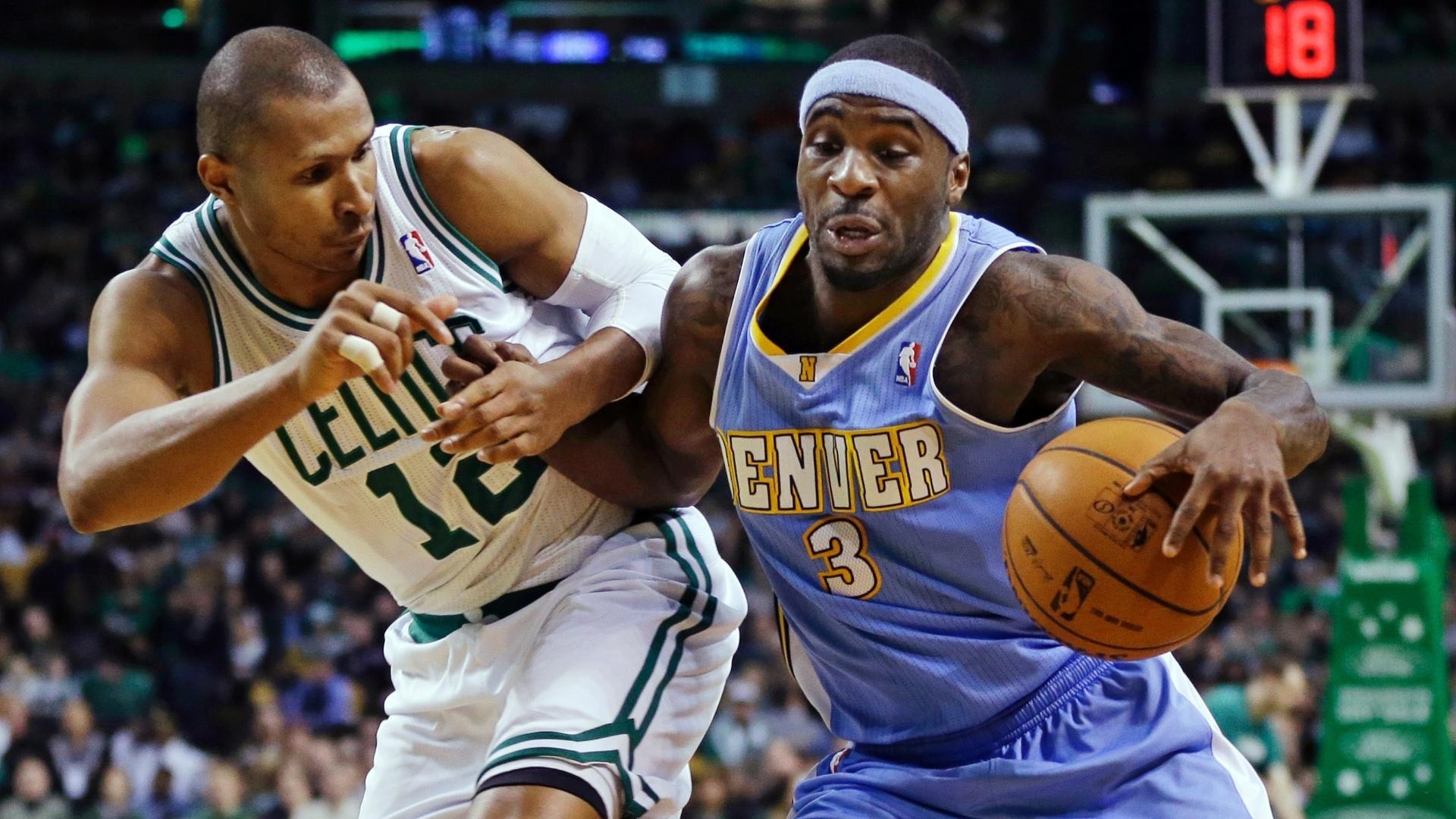 10.fev.2013 - Armador brasileiro Leandrinho (esq), dos Boston Celtics, marca Ty Lawson durante a apertada vitória por 118 a 114 sobre os Denver Nuggets, após três prorrogações