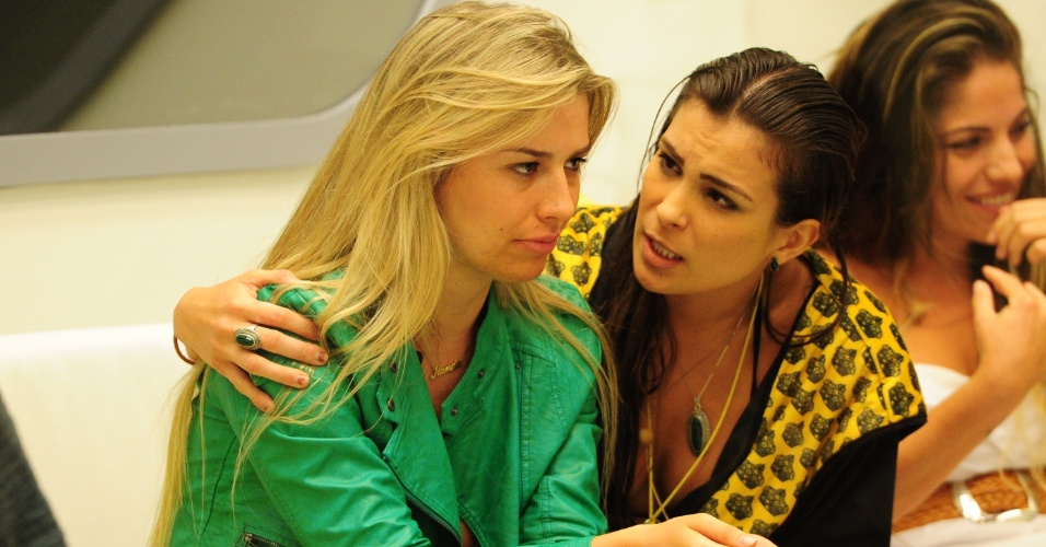10.fev.2013 - Fernanda é consolada por Kamilla após indicação ao paredão