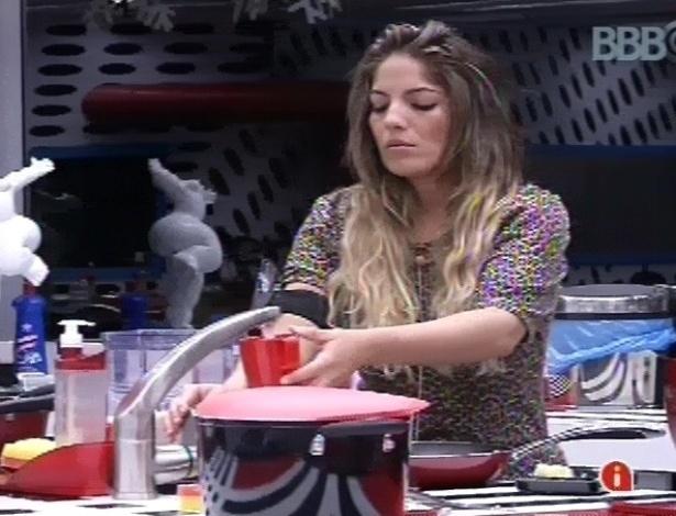 11.fev.2013 - Anamara cozinha almoço na cozinha da casa grande