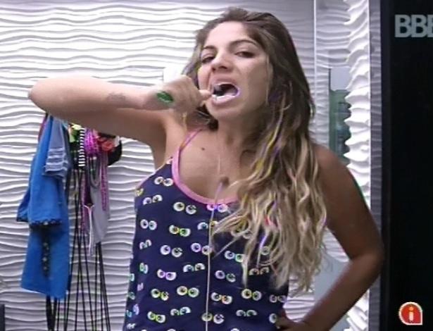 11.fev.2013 - Anamara escova os dentes ao acordar, ainda de pijama, após toque de despertar