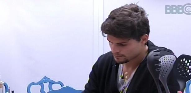 11.fev.2013 - André ajuda Maroca a cozinhar cortando alho e cebola