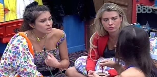 11.fev.2013 - Andressa conversa com Kamilla e Fernanda no quarto brechó