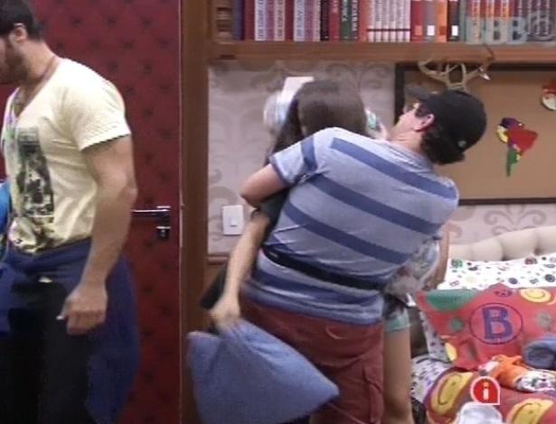 11.fev.2013 - Andressa e Ivan fazem guerra de travesseiros e depois se abraçam